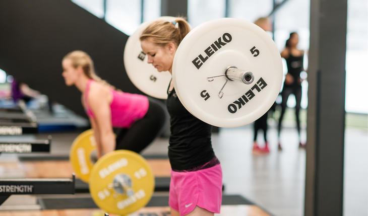 jenter trener med vekter