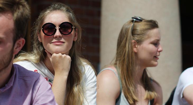 kvinnelig student ser i kamera